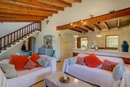 Гостиная / Столовая. Испания, Польенса : Отдельно стоящая вилла для отдыха на испанском острове Майорка, с 3 спальнями, 3 ванными комнатами и собственным бассейном.