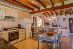 Кухня. Испания, Польенса : Отдельно стоящая вилла для отдыха на испанском острове Майорка, с 3 спальнями, 3 ванными комнатами и собственным бассейном.