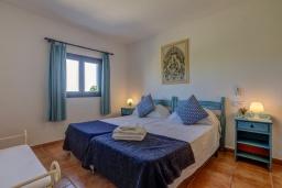 Спальня. Испания, Польенса : Отдельно стоящая вилла для отдыха на испанском острове Майорка, с 3 спальнями, 3 ванными комнатами и собственным бассейном.