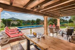 Терраса. Испания, Порт де Алькудия : Просторная вилла для отдыха на испанском острове Майорка  с 4 спальнями, 3 ванными комнатами и собственным бассейном.