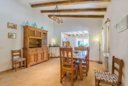 Обеденная зона. Испания, Порт де Алькудия : Просторная вилла для отдыха на испанском острове Майорка  с 4 спальнями, 3 ванными комнатами и собственным бассейном.
