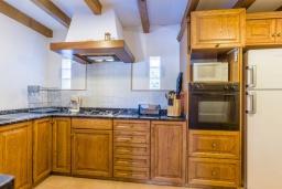 Кухня. Испания, Порт де Алькудия : Просторная вилла для отдыха на испанском острове Майорка  с 4 спальнями, 3 ванными комнатами и собственным бассейном.