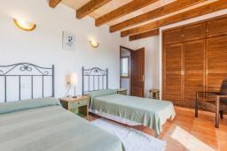 Спальня. Испания, Порт де Алькудия : Просторная вилла для отдыха на испанском острове Майорка  с 4 спальнями, 3 ванными комнатами и собственным бассейном.