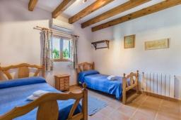Спальня 2. Испания, Порт де Алькудия : Просторная вилла для отдыха на испанском острове Майорка  с 4 спальнями, 3 ванными комнатами и собственным бассейном.