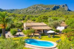 Вид на виллу/дом снаружи. Испания, Польенса : Вилла для отдыха в живописном месте на испанском острове Майорка, с видом горы, с 2 спальнями, 2 ванными комнатами и собственным бассейном.