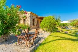 Территория. Испания, Польенса : Вилла для отдыха в живописном месте на испанском острове Майорка, с видом горы, с 2 спальнями, 2 ванными комнатами и собственным бассейном.