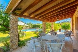 Терраса. Испания, Польенса : Вилла для отдыха в живописном месте на испанском острове Майорка, с видом горы, с 2 спальнями, 2 ванными комнатами и собственным бассейном.