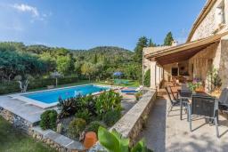 Зона отдыха у бассейна. Испания, Польенса : Вилла для семейного отдыха на испанском острове Майорка, с 3 спальнями, 2 ванными комнатами и собственным бассейном.