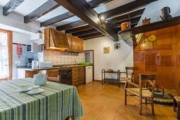 Кухня. Испания, Польенса : Вилла для семейного отдыха на испанском острове Майорка, с 3 спальнями, 2 ванными комнатами и собственным бассейном.