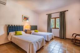 Спальня. Испания, Польенса : Вилла для семейного отдыха на испанском острове Майорка, с 3 спальнями, 2 ванными комнатами и собственным бассейном.