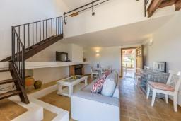 Гостиная / Столовая. Испания, Польенса : Уединенная вилла с видом на горы для отдыха на Майорке, с 2 спальнями, 1 ванной комнатой и собственным бассейном