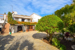 Парковка. Испания, Нерха : Красивая вилла окружённая густой растительностью с 3 спальнями, 3 ванными комнатами, частным бассейном и видом на горы.