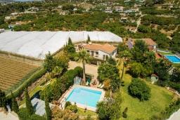 Вид на виллу/дом снаружи. Испания, Нерха : Красивая вилла окружённая густой растительностью с 3 спальнями, 3 ванными комнатами, частным бассейном и видом на горы.