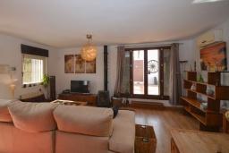 Гостиная / Столовая. Испания, Нерха : Красивая вилла окружённая густой растительностью с 3 спальнями, 3 ванными комнатами, частным бассейном и видом на горы.