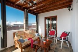 Терраса. Испания, Лансароте : Современная вилла с 4 спальнями, 4 ванными комнатами, а также собственным бассейном с подогревом