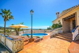 Зона отдыха у бассейна. Испания, Нерха : Красивая вилла с видом на море и побережье Нерхи, с 3 спальнями, 2 ванными комнатами, частным бассейном