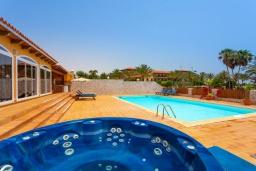 Бассейн. Испания, Фуэртевентура : Замечательная вилла для отдыха на испанском острове Фуэртевентура, бассейн с подогревом и уличным джакузи, 3 спальнями и 3 ванными комнатами