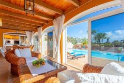 Терраса. Испания, Фуэртевентура : Замечательная вилла для отдыха на испанском острове Фуэртевентура, бассейн с подогревом и уличным джакузи, 3 спальнями и 3 ванными комнатами