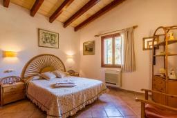 Спальня. Испания, Алькудия : Уютная небольшая вилла для отдыха на испанском острове Майорка, с 2 спальнями, 1 ванной комнатой и собственным бассейном.
