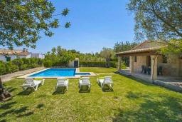 Зона отдыха у бассейна. Испания, Польенса : Традиционная испанская вилла окружённая зеленой растительностью, с 3 спальнями, 2 ванными комнатами и собственным бассейном