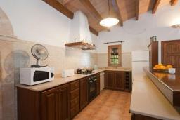 Кухня. Испания, Польенса : Традиционная испанская вилла окружённая зеленой растительностью, с 3 спальнями, 2 ванными комнатами и собственным бассейном