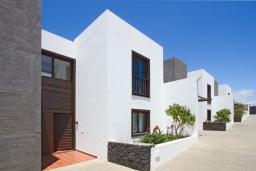 Вид на виллу/дом снаружи. Испания, Лансароте : Современная двухэтажная вилла для отдыха на острове Лансароте, с 3 спальнями, 2 ванными комнатами и частным бассейном с подогревом