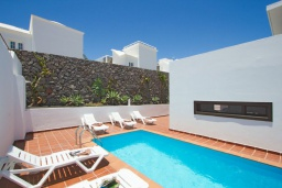 Бассейн. Испания, Лансароте : Современная двухэтажная вилла для отдыха на острове Лансароте, с 3 спальнями, 2 ванными комнатами и частным бассейном с подогревом