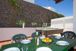 Обеденная зона. Испания, Лансароте : Современная двухэтажная вилла для отдыха на острове Лансароте, с 3 спальнями, 2 ванными комнатами и частным бассейном с подогревом