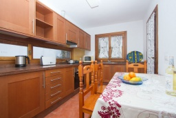 Кухня. Испания, Лансароте : Современная двухэтажная вилла для отдыха на острове Лансароте, с 3 спальнями, 2 ванными комнатами и частным бассейном с подогревом