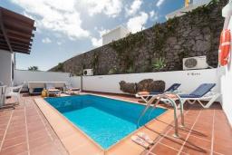 Бассейн. Испания, Лансароте : Вилла для отдыха на острове Лансароте (Канарские острова) с очень красивым видом, 3 спальнями, 2 ванными комнатами и частным бассейном с подогревом.
