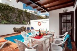 Обеденная зона. Испания, Лансароте : Вилла для отдыха на острове Лансароте (Канарские острова) с очень красивым видом, 3 спальнями, 2 ванными комнатами и частным бассейном с подогревом.