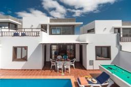 Вид на виллу/дом снаружи. Испания, Лансароте : Вилла для отдыха на острове Лансароте (Канарские острова) с очень красивым видом, 3 спальнями, 2 ванными комнатами и частным бассейном с подогревом.