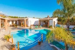 Бассейн. Испания, Нерха : Просторная вилла для отдыха в замечательном месте, к услугам гостей  3 спальни, 2 ванные комнаты и частный бассейн