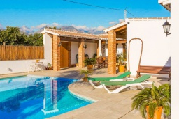 Зона отдыха у бассейна. Испания, Нерха : Просторная вилла для отдыха в замечательном месте, к услугам гостей  3 спальни, 2 ванные комнаты и частный бассейн