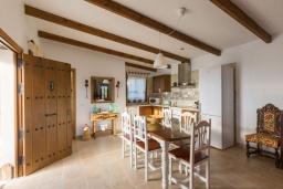 Обеденная зона. Испания, Нерха : Просторная вилла для отдыха в замечательном месте, к услугам гостей  3 спальни, 2 ванные комнаты и частный бассейн