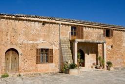 Вид на виллу/дом снаружи. Испания, Са Рапита : Вилла в деревенском стиле на испанском острове Майорка, с 6 спальнями, 3 ванными комнатами и большим частным бассейном