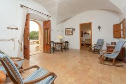 Гостиная / Столовая. Испания, Са Рапита : Вилла в деревенском стиле на испанском острове Майорка, с 6 спальнями, 3 ванными комнатами и большим частным бассейном