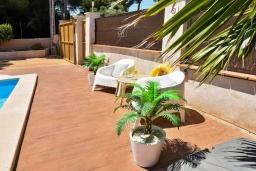 Зона отдыха у бассейна. Испания, С Амарадор : Очаровательный одноэтажный дом, полный естественного света, для отдыха на испанском острове Майорка, с 3 спальнями, 2 ванными комнатами и частным бассейном