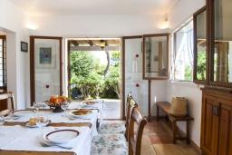 Обеденная зона. Испания, Кала-д'Ор : Просторная уютная вилла  для отдыха на испанском острове Майорка, и может вместить до 6 человек с 3 спальнями, 2 ванными комнатами и собственным бассейном
