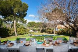 Обеденная зона. Испания, Пальманова : Роскошная вилла с большим бассейном и зеленой территорией, 5 спален, 3 ванные комнаты, парковка, Wi-Fi