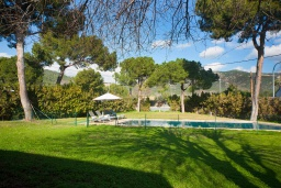 Территория. Испания, Пальманова : Роскошная вилла с большим бассейном и зеленой территорией, 5 спален, 3 ванные комнаты, парковка, Wi-Fi