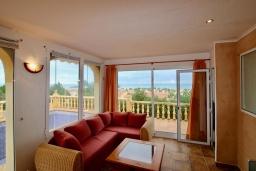 Гостиная / Столовая. Испания, Аликанте : Уютная вилла бассейном, садом и шикарным видом на море и горы! Гостиная с кондиционером, спальня, ванная комната, парковка, wi-fi.