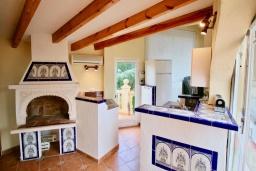 Кухня. Испания, Аликанте : Уютная вилла бассейном, садом и шикарным видом на море и горы! Гостиная с кондиционером, спальня, ванная комната, парковка, wi-fi.