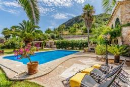 Зона отдыха у бассейна. Испания, Польенса : Просторная вилла окружённая красивым садом с видом на горы, 4 спальнями, 3 ванными комнатами и собственным бассейном