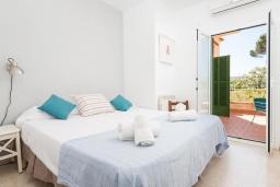 Спальня. Испания, Кала-Блава : Уютное семейное шале с садом на берегу моря