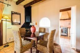 Обеденная зона. Испания, Алькудия : Уединенная вилла с красивым садом, частным бассейном, 2 спальнями, 1 ванной комнатой, бесплатный, Wi-Fi