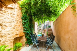Патио. Испания, Порт де Алькудия : Прекрасная уютная вилла для отдыха на на испанском острове Майорка, с 3 спальнями, 2 ванными комнатами и собственным бассейном