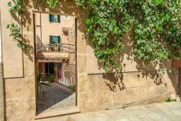 Вход. Испания, Порт де Алькудия : Прекрасная уютная вилла для отдыха на на испанском острове Майорка, с 3 спальнями, 2 ванными комнатами и собственным бассейном