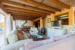 Гостиная / Столовая. Испания, Польенса : Уютная вилла обставленная в традиционном стиле, с 2 спальнями, 1 ванной комнатой и собственным бассейном, барбекю, шезлонгами.