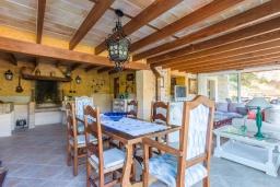 Обеденная зона. Испания, Польенса : Уютная вилла обставленная в традиционном стиле, с 2 спальнями, 1 ванной комнатой и собственным бассейном, барбекю, шезлонгами.